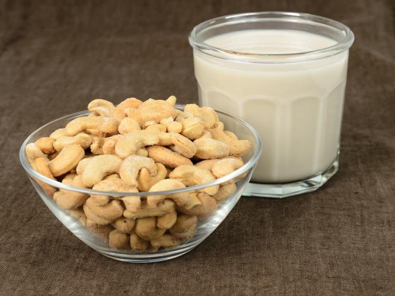 Sử dụng ly thủy tinh để thưởng thức sữa hạt điều an toàn cho sức khỏe