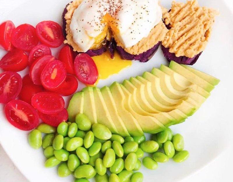 Trứng ốp la, khoai lang, cà chua bi, đậu nành, bơ – Eat Clean kiểu Việt Nam
